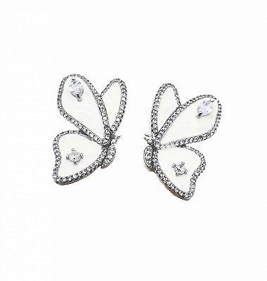 Brinco borboleta cor prata esmaltado com zircônia
