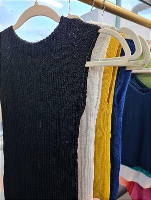 Blusa tricot garrafinha gola alta sem manga