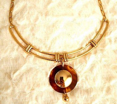 Colar base rígida dourada, corrente e pingente redondo em acrílico marrom