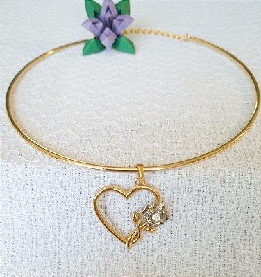 Colar rígido dourado com pingente de coração dourado e flor prata