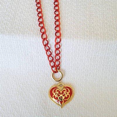 Colar de corrente vermelha e coração arabesco