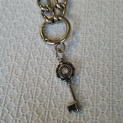 Colar de corrente grossa prateada, mosquetão e chave