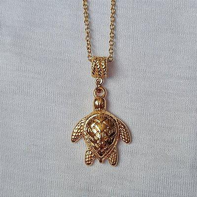 Colar dourado com pingente tartaruga
