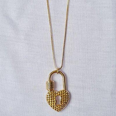 Colar dourado com pingente cadeado coração pequeno
