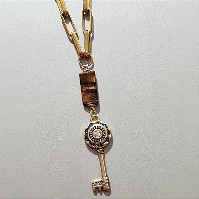 Colar dourado de corrente, pingente pedra olho de tigre  e chave.