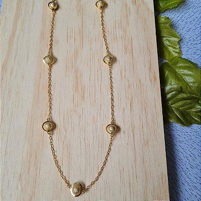 Colar curto dourado com bolas craqueladas
