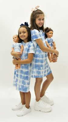 Vestido Moletinho Azul Aplique Xô Mau Olhado e Vestido da Boneca