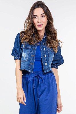 Jaqueta jeans cropped com barra desfiada