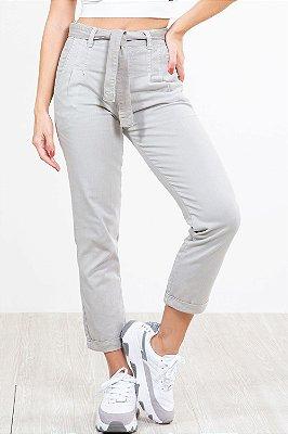 Calça sarja com bolso e cinto