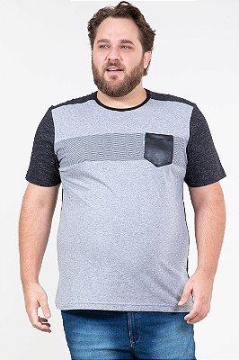 Camiseta manga curta gola careca com detalhe no bolso em cirre