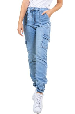 Calça jeans jogger com cinto e bolso cargo