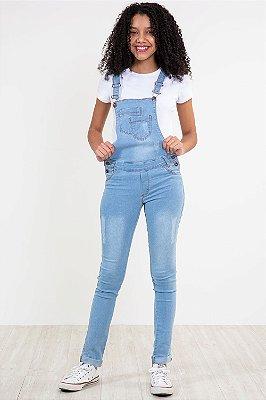 Jardineira jeans juvenil bolso duplo detalhe em puídos
