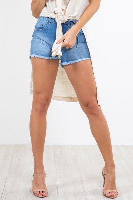Shorts jeans barra desfiada e cinto animal print