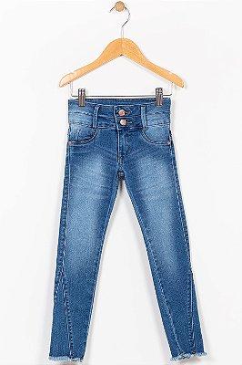 Calça jeans infantil com barra desfiada