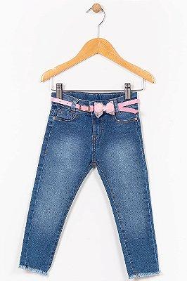 Calça jeans infantil com cinto e barra desfiada