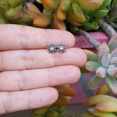 Brinco flor com cristal central