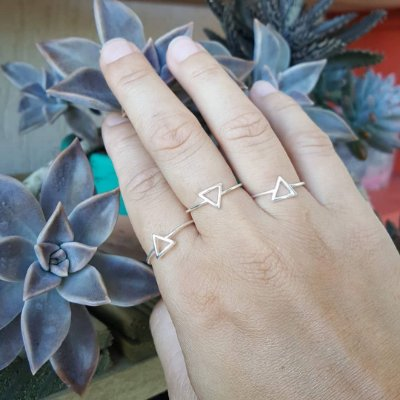 Anel triângulo vazado pequeno