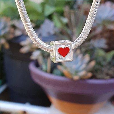 Berloque cubo com coração em resina