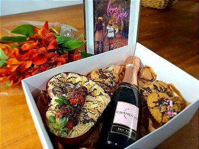 Box romance com espumante e bolo de coração