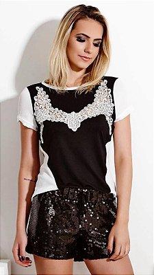T-Shirt Preta e Branca com Aplique - Artsy