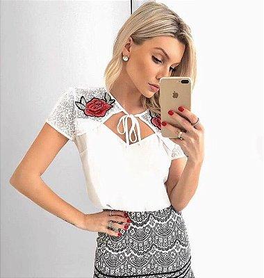 Blusa crepe off white decote renda com rosas - Unique Chic