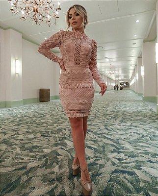 Vestido Rosa em Guipir com Decote Costas