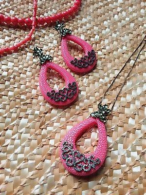 Conjunto couro de arraia fake rosa com zircônia verde
