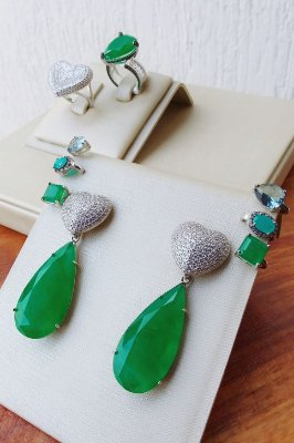 Brinco de coração cravejado com pedra verde