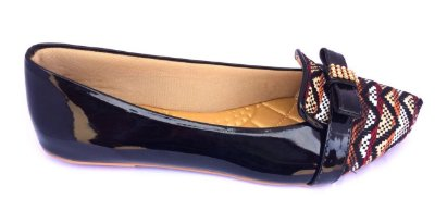 sapatilha preto com tecido multi cores e laço