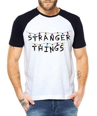 Camiseta Masculina Raglan Stranger Things Séries e Seriados - Personalizadas/ Customizadas/ Estampadas/ Camiseteria/ Estamparia/ Estampar/ Personalizar/ Customizar/ Criar/ Camisa Blusas Baratas Modelos Legais Loja Online
