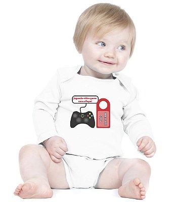 Body Bebê Frases Engraçadas Game com o Papai Criativa Urbana Branco - Roupinhas Macacão Infantil Bodies Roupa Manga Longa Menino Menina Personalizados