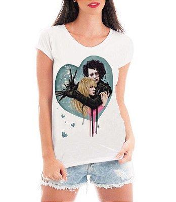 Camiseta Feminina Blusa Edward Mãos de Tesoura Peg Boggs - Seriado/ Série/ Customizadas/ Estampadas/ Camiseteria/ Estamparia/ Estampar/ Personalizar/ Customizar/ Criar/ Camisa Blusas