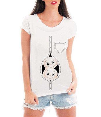 Camiseta Feminina Gêmeos Espiando Botões - Frases Engraçadas Grávidas  Personalizadas/ Customizadas/ Estampadas/ Camiseteria/ Estamparia/ Estampar/ Personalizar/ Customizar/ Criar/ Camisa Blusas