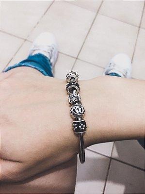 _Pulseira prateada bracelete 21cm + 7 berloques, floral, black - REF P450