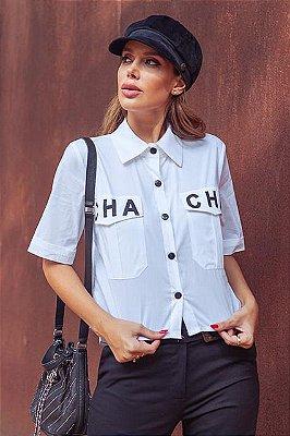Camisa Manga Curta Bolsos Frontais com Estampa Cha-Cha