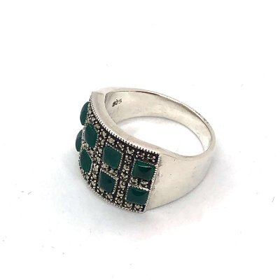 Anel com pedrinhas em ônix verde intercaladas por marcassitas e prata 925