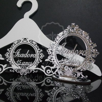 Kit Promocional! 1 Topo de Bolo Espelhado Prata 20 cm + 1 Cabide com Brasão Branco.
