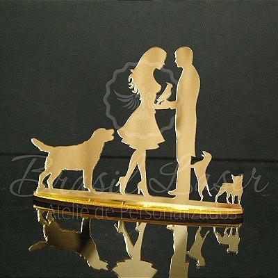 Topo de Bolo Casal com 3 Cachorros e uma Cacatua ou Papagaio - Tamanho com 20 cm (maior lado da peça) - Cor à Escolher