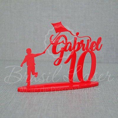 Topo De Bolo Menino Soltando Pipa com 14cm (maior lado da peça) - Cor à Escolher