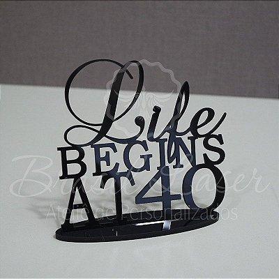 """Topo De Bolo """"Life Begins at 40"""" com 20cm (maior lado da peça) - Cor à Escolher"""