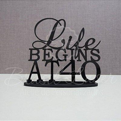 """Topo De Bolo """"Life Begins at 40"""" com 14cm (maior lado da peça) - Cor à Escolher"""