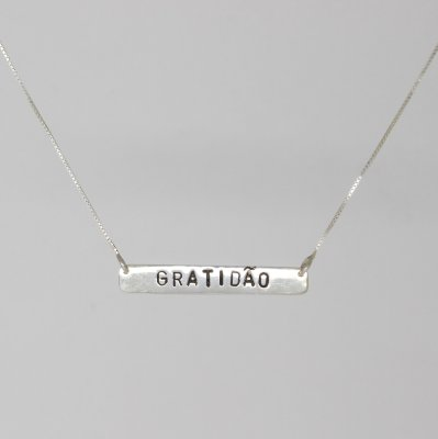 Colar de prata com plaquinha gratidão
