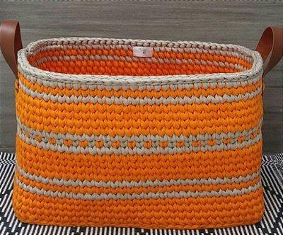 Cestão retangular em crochê e alças em courino