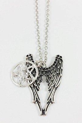 Colar Supernatural com Pingente Simbolo Anti-Possessão e Asas de Anjo