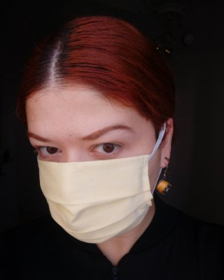 Máscara de tecido amarelo claro