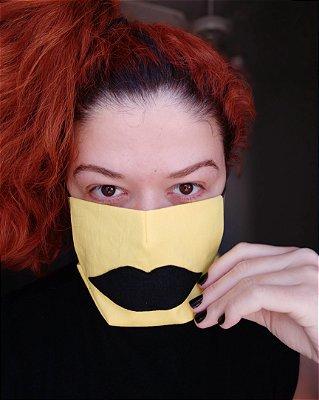 Máscara de tecido amarela boca preta