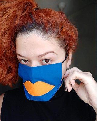 Máscara de tecido azul boca laranja