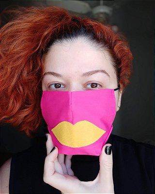Máscara de tecido pink boca amarela