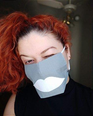 Máscara de tecido cinza boca branca