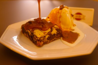 Walnut Blondie - Nozes pecan e chocolate branco com calda de caramelo de bordo - Cx com dois pedaços 80g e 30g de calda